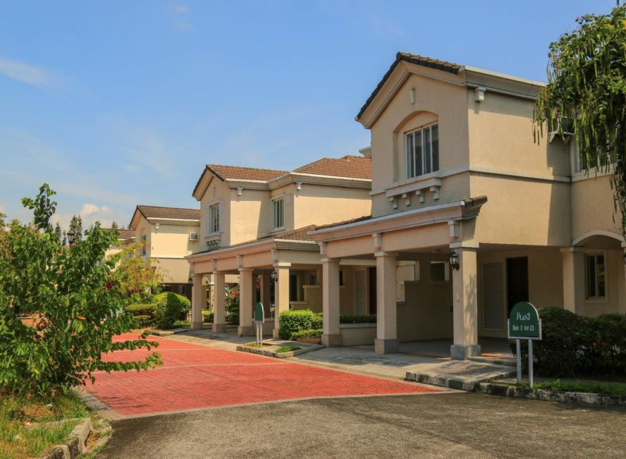 Townhouse Brentville International Community in Biñan